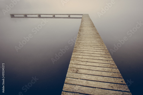 ponton sur un lac par temps de brouillard