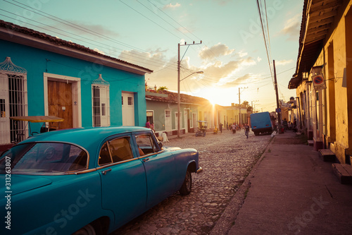 Photo Colorful houses and vintage cars in Trinidad, Cuba