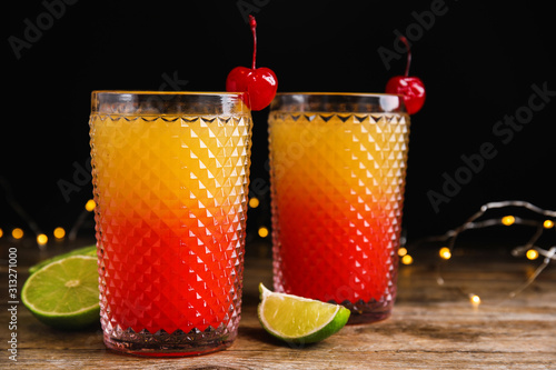 Fotomural  Fresh alcoholic Tequila Sunrise cocktails on wooden table