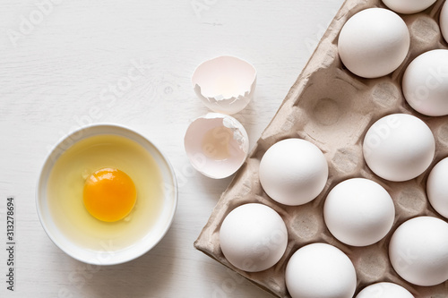 Photo Eggs in a tray and broken egg.