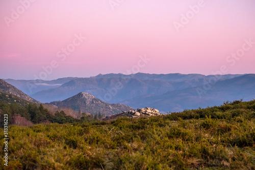 Bonita paisagem de montanhas depois do pôr do sol na hora azul Wallpaper Mural