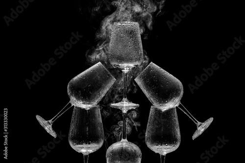 Piramide de copas de cristal mojadas con agua y rodeadas de humo Wallpaper Mural