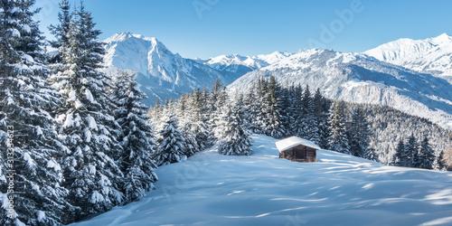Valokuvatapetti Panorama einer Winterlandschaft mit Skihütte im Zillertal