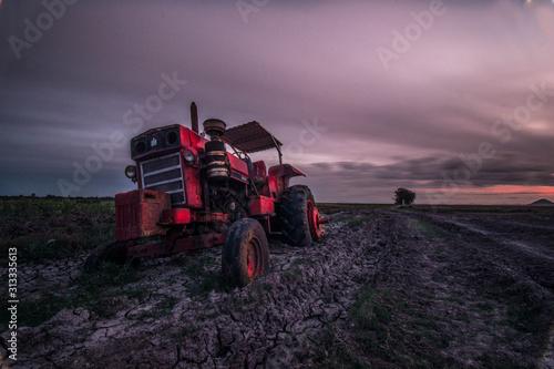 Photo tractor en un atardecer por un poblado en México
