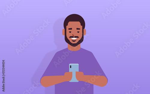 Fotografia man holding cellphone african american guy using smartphone mobile app social me