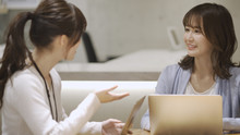 ノートパソコンで仕事をしている二人の女性