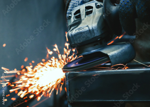Fotomural Worker works with a grinder