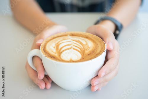 Cuadros en Lienzo  Woman hand holding a white coffee mug