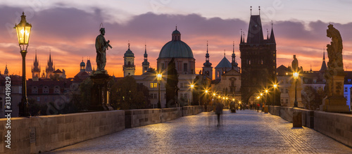 Foto Prague - The Charles Bridge in the morning dusk.