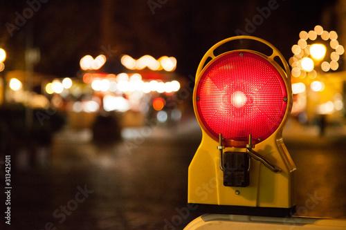Photo  Baustellenlicht in rot vor unscharfen stadthintergrund