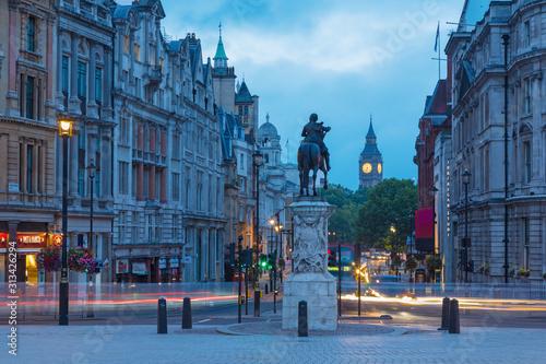 Cuadros en Lienzo  LONDON, GREAT BRITAIN - SEPTEMBER 18, 2017: The view from Trafalgar square at dusk
