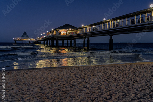 Obraz Seebrücke Heringsdorf auf Usedom bei Nacht - fototapety do salonu