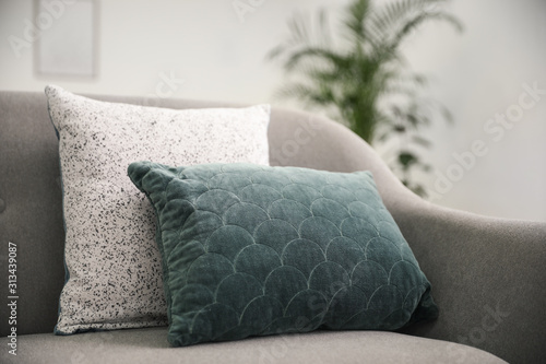 Fotomural  Soft pillows on grey sofa in living room