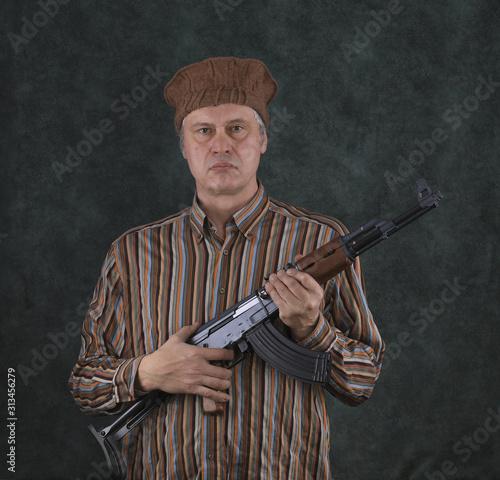 Fotografia a man with a Kalashnikov assault rifle