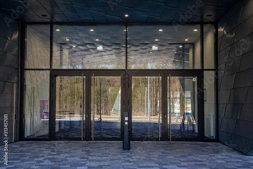 Valokuvatapetti Eingang Glas Entree Türen großzügig modern Spiegelung