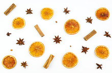 Concetto Di Natale. Vista Dall'alto Del Modello Con Fette D'arancia Essiccate, Cannella E Anice Su Sfondo Bianco. Composizione Invernale.