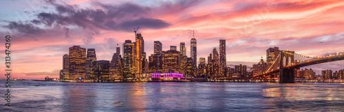 Foto  new york city skyline travel destination at dramatic sunset over manhatten