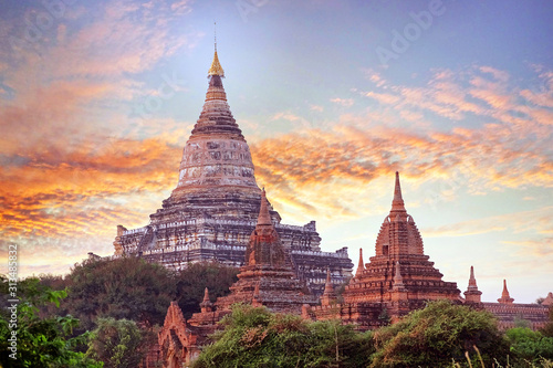 Photo Colorful sunset sky above temples surrounded by green vegetation in old Bagan, Myanmar