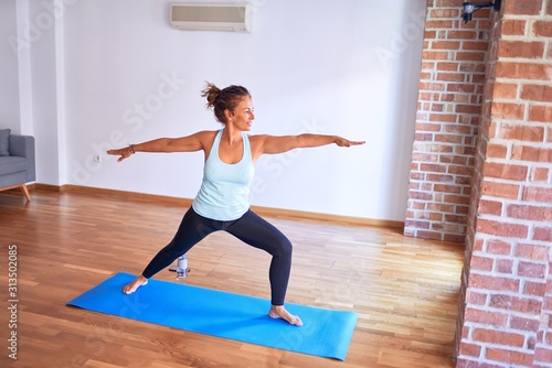 Photo Middle age beautiful sportwoman standing on mat