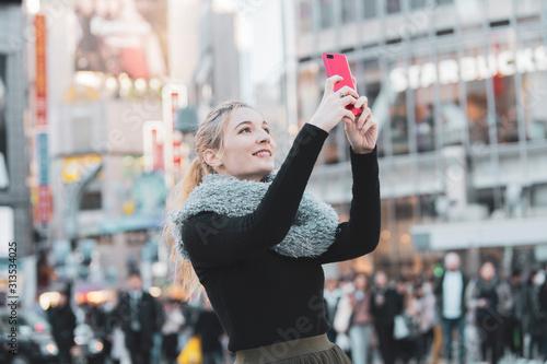 日本・東京・渋谷を観光する女性 Fototapet
