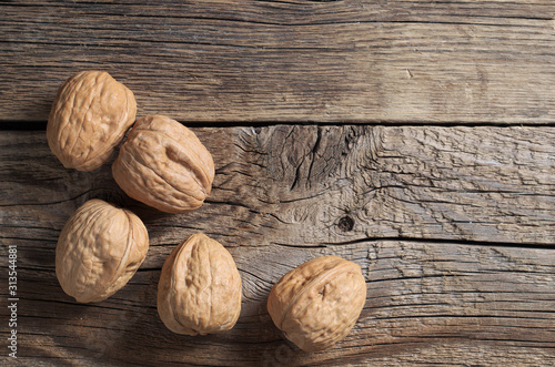 Fotografía  Walnuts on a wooden board