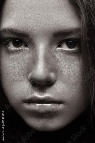 Obraz girl with freckles - fototapety do salonu