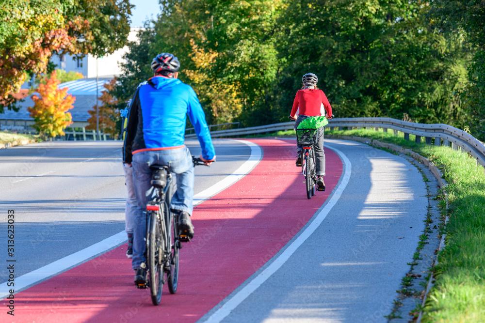 Fototapeta Unterwegs auf einem breiten und gut gekennzeichneten Radweg in der Stadt