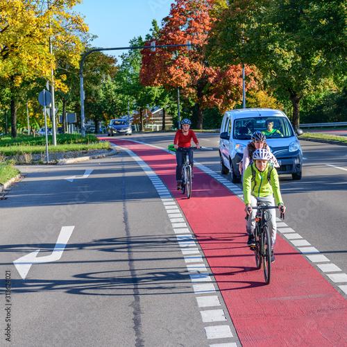 Obraz Konfliktsituation zwischen Radfahrern und abbiegendem Verkehr - fototapety do salonu