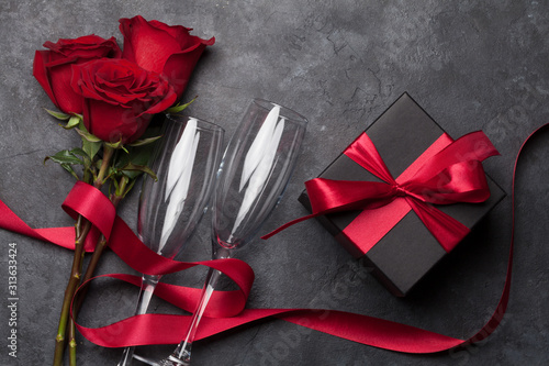 Obraz Valentines day gift box, wine and roses - fototapety do salonu