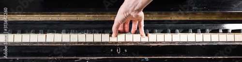 Foto Female pianist hands playing on piano keyboard