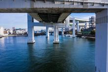 海にかかる橋と湾岸の風景 空撮