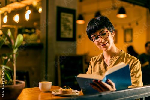 Mujer leyendo cafetería Wallpaper Mural