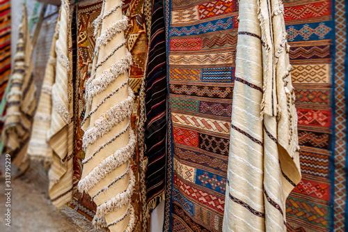 Marokańskie dywany w ulicznym sklepie souk Asilah, Maroko