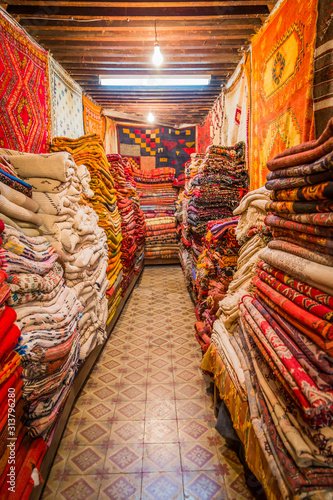 Fotomural  Interior of a Moroccan carpet merchant shop in the medina of Fes