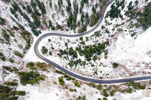 widok-z-lotu-ptaka-sniezna-wiejska-droga