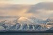 canvas print picture - felsiges schneebedecktes Bergmassiv in goldenem Sonnenlicht - grandiose Landschaft der Arktis