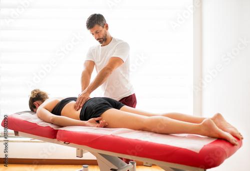 Cuadros en Lienzo Osteopath doing paravertebral treatment