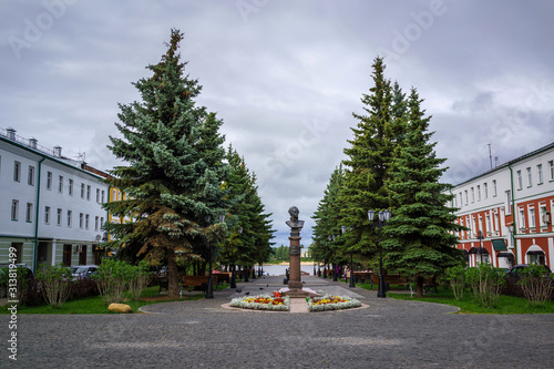 Foto RYBINSK,RUSSIA/AUGUST 6,2019: The monument to Fyodor Ushakov-great russian naval