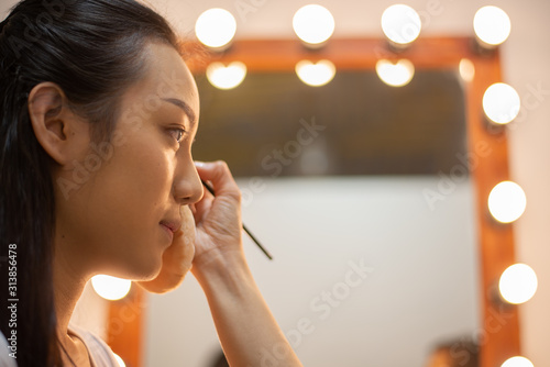 Photo  hand of make up artist doing make up of asia young beautyful woman Actress in st