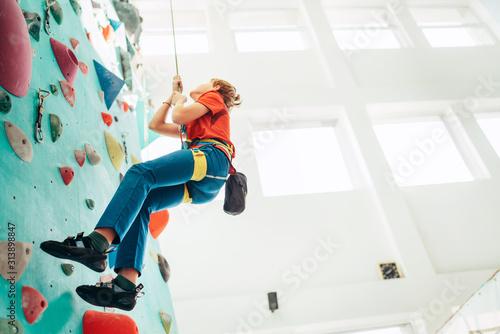 Photo Teenager boy at indoor climbing wall hall