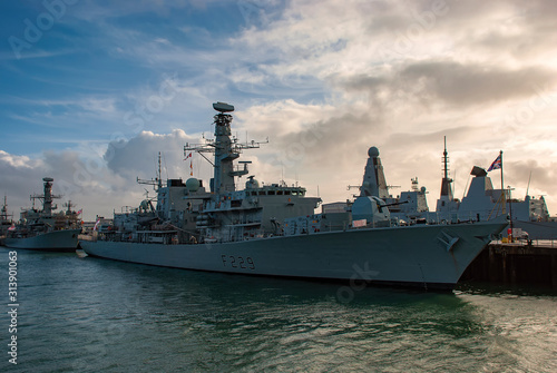 Foto The Royal Navy Frigate HMS Lancaster (F229) moored in Portsmouth, UK
