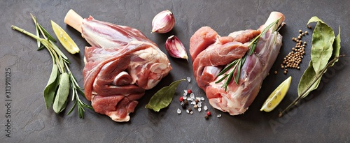Leinwand Poster Raw lamb shanks with herbs and spices