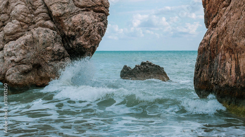Photo Big Stones in a beautiful mlra with waves