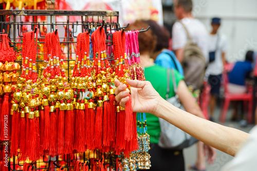 Stare kobiety trzyma chińską dekorację nowego roku talizman z okazji Roku Szczura. Powodzenia z chińskim alfabetem oznacza szczęście i szczęście