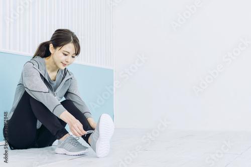 靴紐を結ぶ女性 Tableau sur Toile