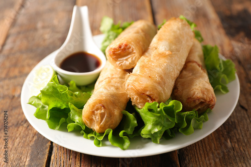 Obraz fried spring roll with soy sauce and lettuce - fototapety do salonu