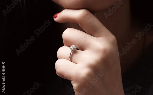 Photo Close up of an elegant engagement diamond ring on woman finger