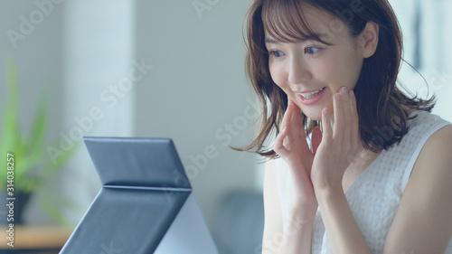 Papel de parede  お肌をチェックする女性