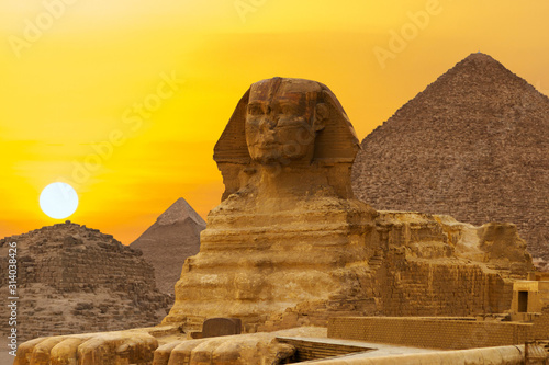 Fotografía Sphinx against the backdrop of the great Egyptian pyramids