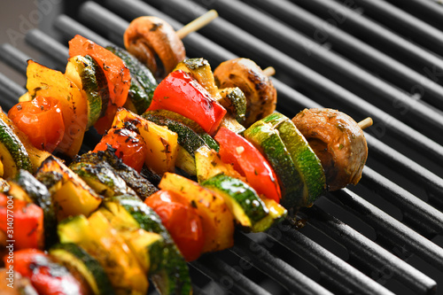 Cuadros en Lienzo Barbecue vegetable skewers on a dark background from mushrooms, tomato, zucchini, pepper, buttery, bright, vegetarian